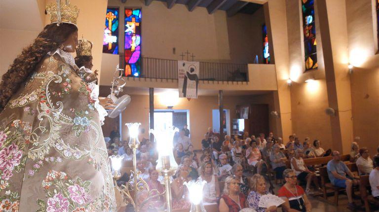 La imagen de la Mare de Déu de la Salut visita las parroquias de Xirivella en el 35 aniversario de su coronación