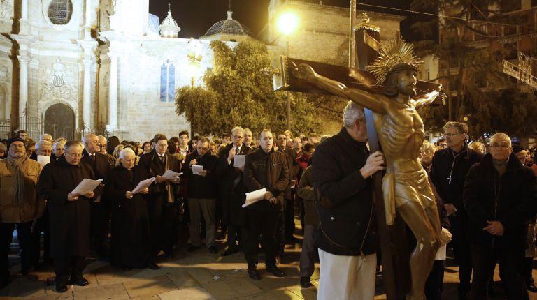 Un Vía Crucis diocesano recorre las calles del centro histórico de Valencia
