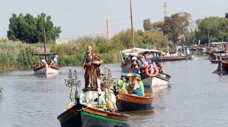 Pescadores de Catarroja honran a su patrón, San Pedro Pescador, con una romería en barca por la Albufera