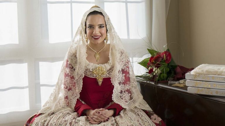 Falleras Mayores y Falleras Mayores Infantiles de València reflexionan sobre el ritual que acompaña a vestirse con la indumentaria tradicional