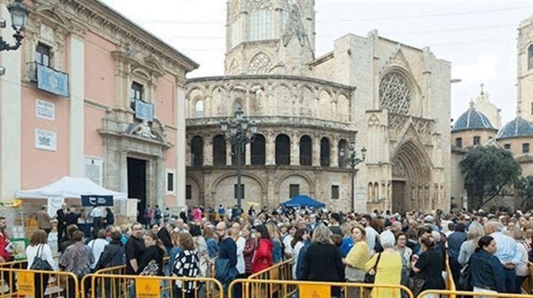El Besamanos a la Virgen de los Desamparados se prolongó 19 horas con paso ininterrumpido de miles de devotos