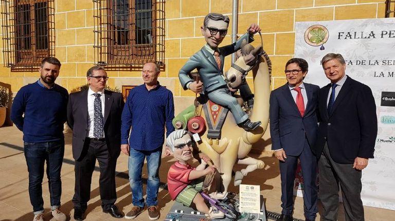 La Falla Peu de la Creu-En Joan de Villarasa presenta los ninots de la exposición