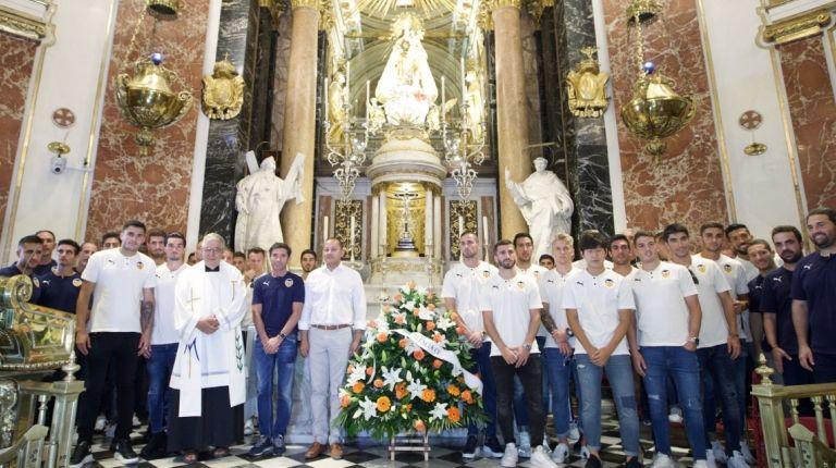La Basílica acoge la ofrenda de flores del Valencia CF a la Virgen de los Desamparados