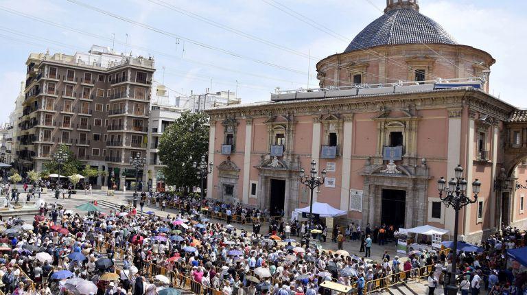 La Basílica de la Virgen cerró sus puertas a las 2´30 de la madrugada abarrotada de devotos tras el Besamanos público a la Patrona