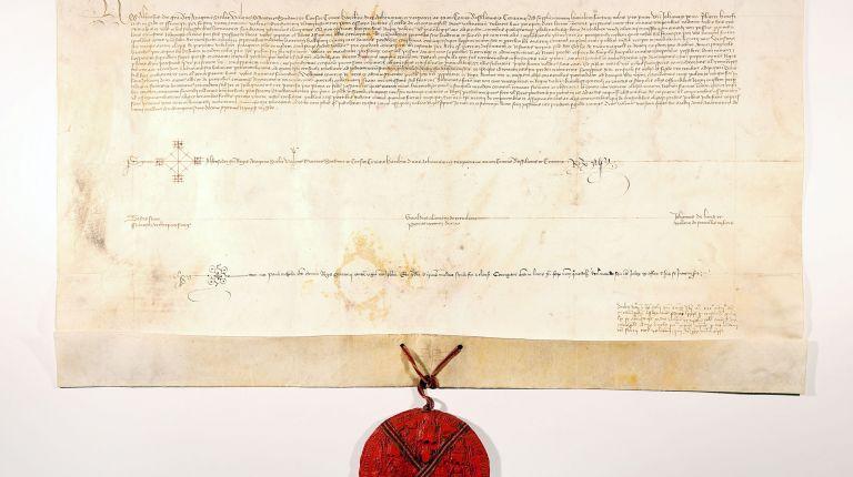 La Catedral de Valencia restaura 24 pergaminos de privilegios reales para obras benéficas de los siglos XIV al XVII