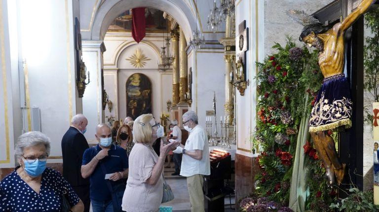 El barrio de Sagunto celebra  las fiestas del Cristo de la Fe con misas, procesión claustral y el paso de los devotos ante su imagen