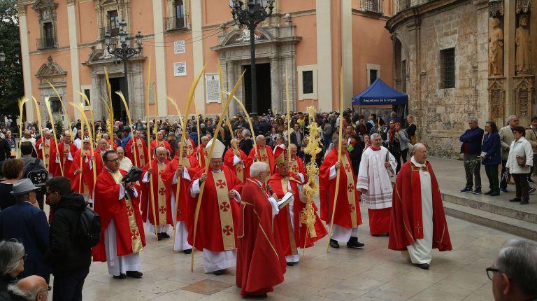 El Cardenal bendice los ramos de olivo, laurel y las palmas del Domingo de Ramos en el exterior de la Catedral