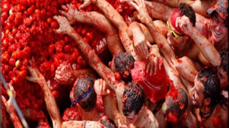 Buñol se tiñe de rojo con 145.000 kilos de tomates