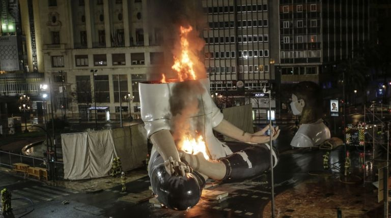 Anoche se quemaron partes de las que iban a ser las fallas grandes de la plaza del Ayuntamiento y de las comisiones de Na Jordana y Cuba-Literat Azorín.