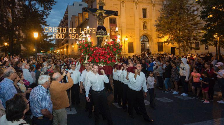 La imagen del Cristo de la Fe recorre las calles del barrio de la calle Sagunto de Valencia en procesión