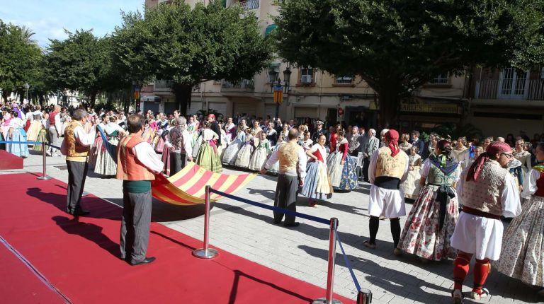 Las fallas del Marítimo y las falleras mayores de València rinden homenaje a la Senyera