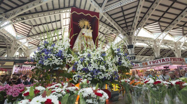 Los vendedores del Mercado Central realizan su tradicional ofrenda de flores a la Mare de Déu