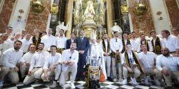 El Valencia CF, ha ofrecido a la patrona de Valencia, la Virgen de los Desamparados, la Copa del Rey