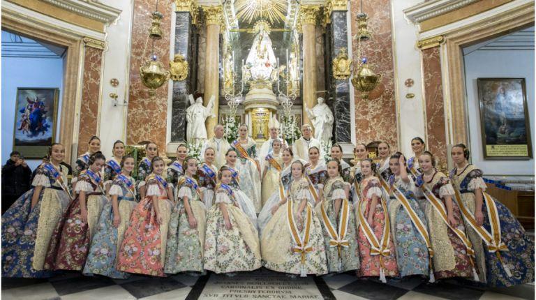 Las Falleras Mayores de Valencia ofrecen sus ramos a la Virgen de los Desamparados tras el acto de la Exaltación