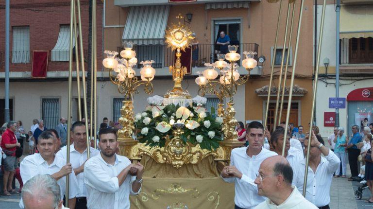 300 feligreses caracterizados como personajes bíblicos participan en la procesión del Corpus en Almàssera
